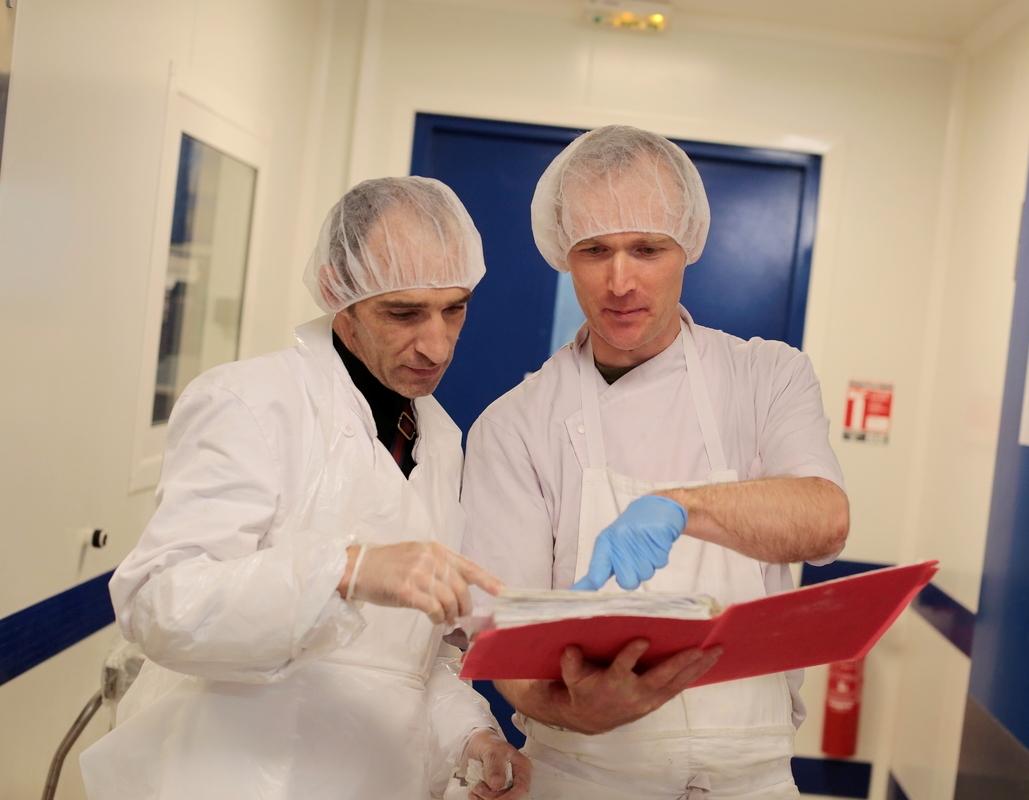 Deux hommes en cuisine